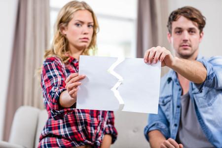 argument: Pares que tienen un argumento en el sofá
