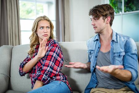 argumento: Pares que tienen un argumento en el sof�