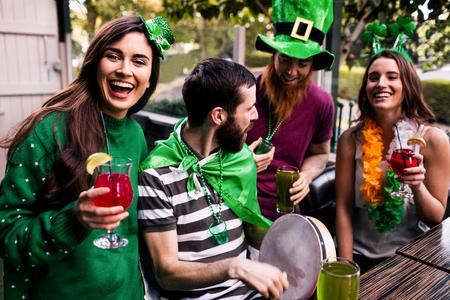 慶典: 朋友慶祝聖帕特里克日飲品在酒吧