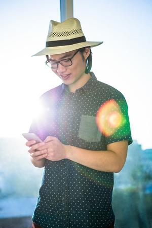 chapeau de paille: Sourire textos d'affaires avec chapeau de paille