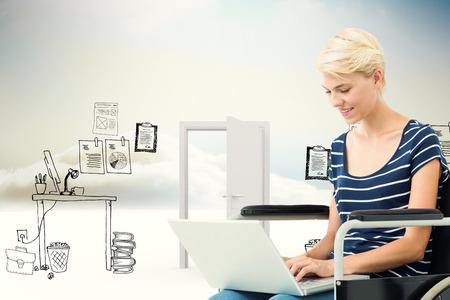 paraplegic: Mujer en silla de ruedas con el ordenador frente a la oficina del doodle en las nubes con la puerta Foto de archivo