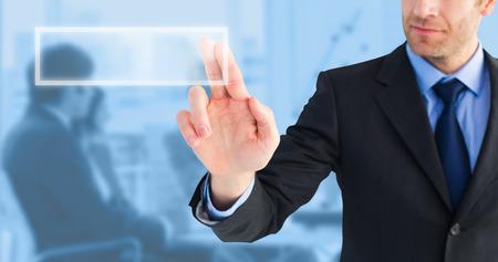Imprenditore che punta queste dita a porte chiuse contro sfondo blu
