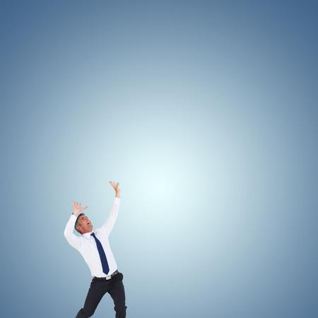 manos levantadas: Hombre de negocios con las manos levantadas sobre fondo blanco contra viñeta púrpura Foto de archivo