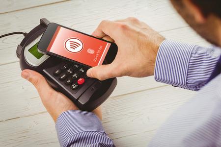 Web contro l'uomo utilizzando smartphone per esprimere paga