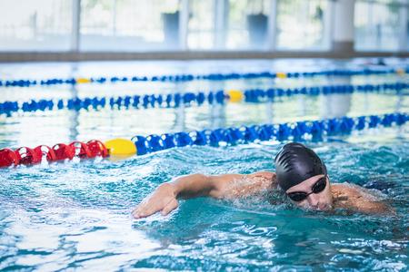 nadar: nataci�n del hombre guapo en la piscina