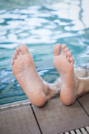 lane marker: View of male feet in the pool