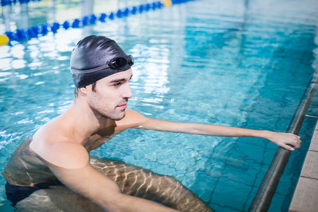 lane marker: Concentrated man in the pool at the leisure center