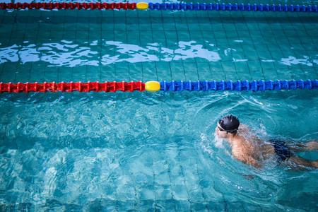 swim: hombre nadando forma en la piscina