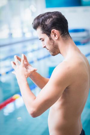 manos unidas: Seus hombre meditando con las manos juntas en la piscina