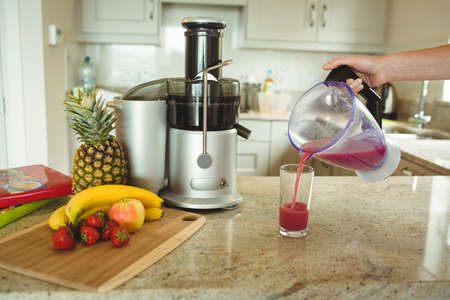 domiciles: Pouring smoothie into glass kitchen