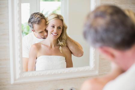 marido y mujer: Esposo besando a la mujer en el cuello en el baño Foto de archivo