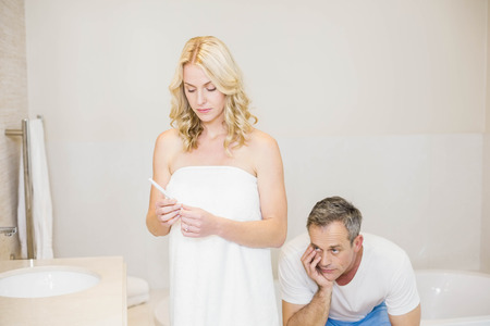 test de grossesse: Couple waiting for a pregnancy test results in the bathroom Banque d'images