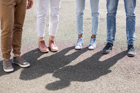 friendliness: La sección inferior de amigos de pie en la calle
