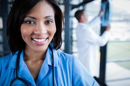 Krankenschwester in die Kamera im Krankenhaus lächelnd