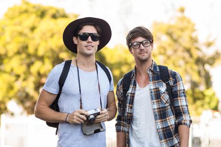 friendliness: los hombres de la cadera que sostienen la cámara digital al aire libre Foto de archivo