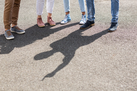 trato amable: La secci�n inferior de amigos de pie en la calle