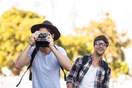 friendliness: Hip hombre toma la foto con cámara digital al aire libre