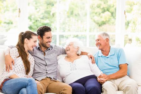 Familia feliz que sonríe en el país