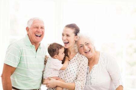 生活方式: 快樂的爺爺奶奶在家裡他們的孫子玩 版權商用圖片