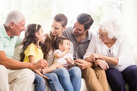 Bonne famille élargie souriante à la maison