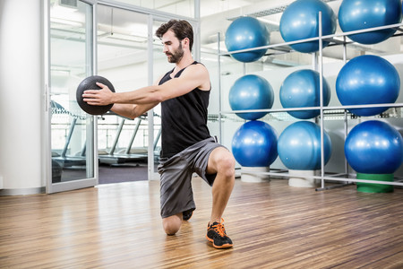 Man macht Übungen mit Medizinball im Studio Standard-Bild