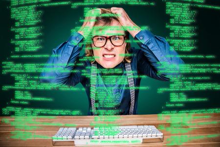 Angry hippie homme d'affaires tenant ses cheveux sur fond vert avec vignette