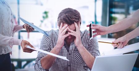 Immagine composita dell'uomo d'affari agitata sul lavoro