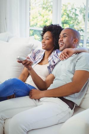 pareja viendo tv: feliz pareja viendo la televisi�n en el sof�