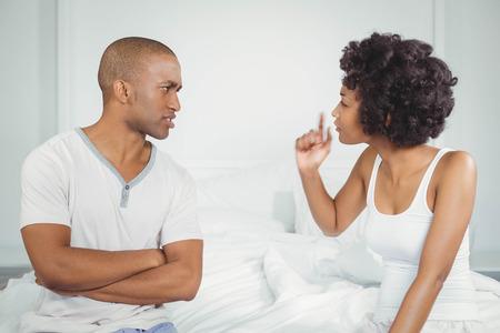 argumento: Pares que tienen discusión en el dormitorio
