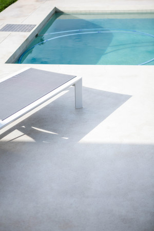 domicile: Deck chair by the pool on a sunny day