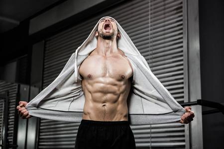 hombre deportista: Hombre sin camisa, con el puente gris que grita en el gimnasio CrossFit Foto de archivo