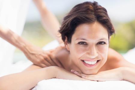 mujer desnuda de espalda: Retrato de mujer que recibe un masaje de espalda de masajista en un spa Foto de archivo