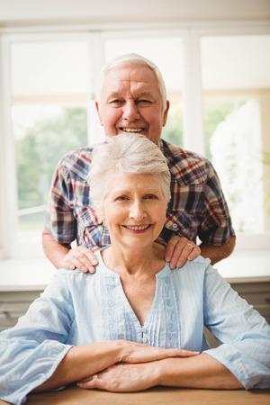 parejas felices: Retrato de pareja de ancianos sonriendo en su casa