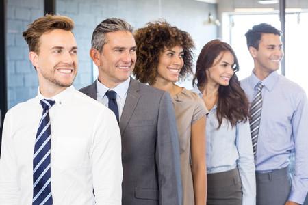 mani incrociate: Fiducioso business team in piedi in ufficio con le mani incrociate Archivio Fotografico