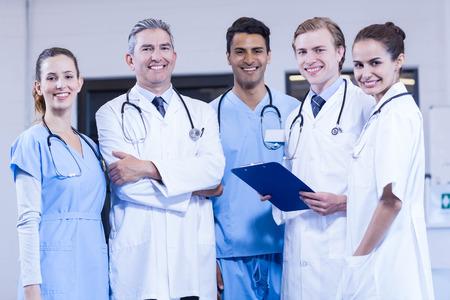 Portret van medische team eendrachtig samen en lachend in het ziekenhuis