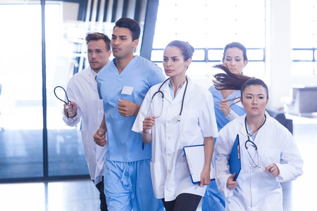 emergencia medica: Los médicos y las enfermeras que corren en caso de emergencia en el hospital Foto de archivo