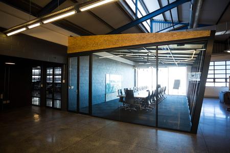 オフィスでの会議テーブルとモダンなカンファレンスルームが空