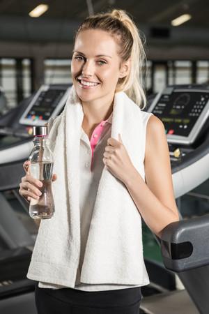 ropa deportiva: Mujer en ropa deportiva sonriente en el gimnasio