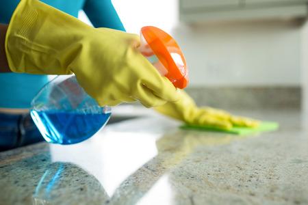 Mujer bonita que hace sus tareas de casa en casa