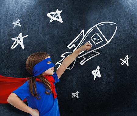 niñas jugando: Muchacha enmascarada finge ser super héroe contra el fondo negro
