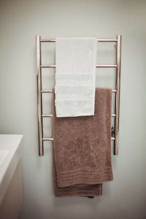 domicile: Towel rack in bathroom in a stylish home LANG_EVOIMAGES