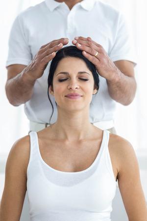Zwangere vrouw die een hoofdmassage van masseur thuis
