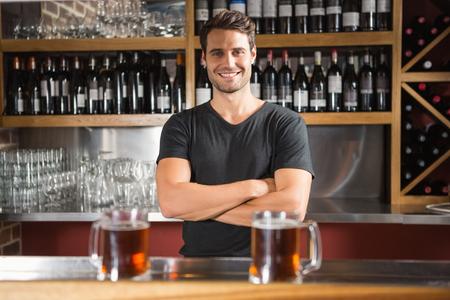 Hermoso bar tierno parado detrás de su mostrador en un pub