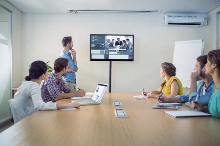 Interface d'affaires contre l'équipe d'affaires attentive suite à une présentation