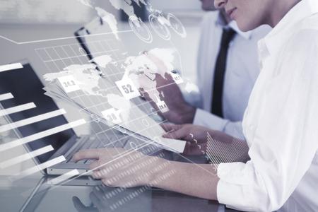 Abstraktní technologie rozhraní proti kancelářských pracovníků psaní zprávy z modrotisku dokumentů Reklamní fotografie