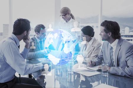interfaz de tecnología futurista contra la gente de negocios en la reunión de sala de juntas