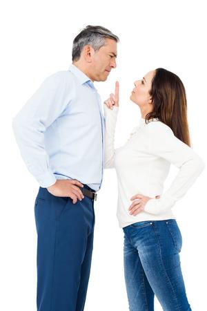 pareja enojada: Pareja enojado discutiendo sobre fondo blanco