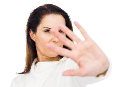 desolaci�n: infeliz mujer que oculta su cara con la mano contra el fondo blanco