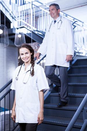 bajando escaleras: Los m�dicos que recorren abajo de las escaleras en el hospital