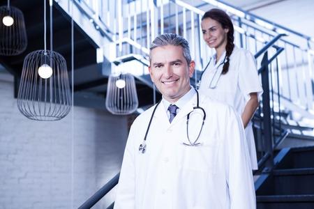 down the stairs: Los médicos que recorren abajo de las escaleras en el hospital